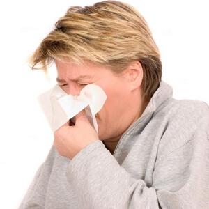 женщина с признаками аллергического ринита